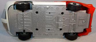 La base del Monza 3506 es metálica, aunque lleva la ref. 3005 del Prototipo Monza (véase más abajo), de chasis metálico y base de plástico