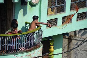 屋上にいる狙撃兵。