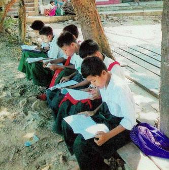 制服を着た生徒たち