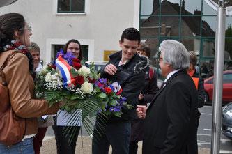 Monsieur le Maire d'Amboise accueille les lycéens porteurs de gerbes