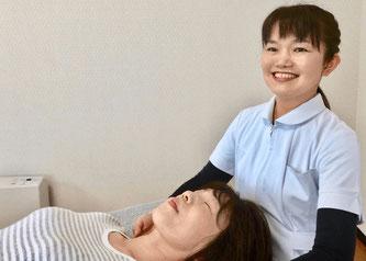 頭痛専門整体「日だまりショット」は手だけの優しいタッチで頭痛の根元となっている詰まりを確認していきます