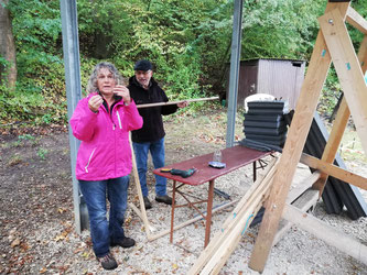 Bogenschützen der Esslinger Bogenschützen beim Arbeitsdienst auf dem Bogengelände