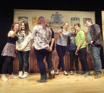 Nach der Vorstellung standen die SchauspielerInnen für Fotos mit SchülerInnen bereit.
