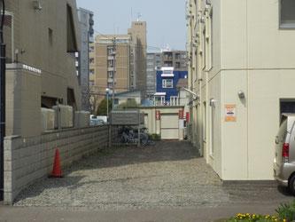 建物の南側に駐輪場と駐車場があります。