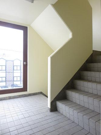 階段部分の踊り場には大きな窓があって明るいです。