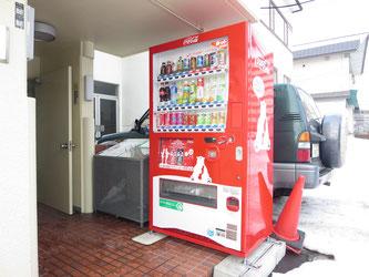 エントランス部分に自動販売機があり単身者に便利!