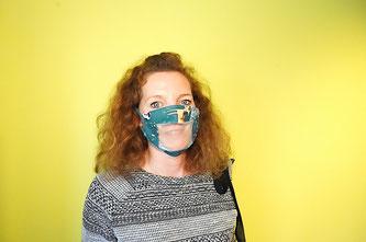 Photo d'une dame portant un masque avec protection transparente