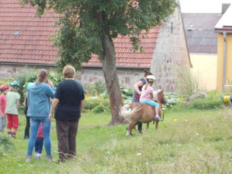 Flocke reiten, vorne Franzi und Elfriede