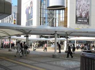 東京都町田市・町田駅のコンコースの人々