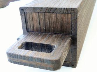 フレームは桐材を組み合わせた中空構造