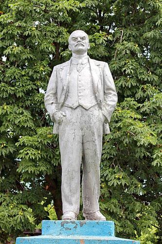 памятник Ленину у Дому культуры в центре
