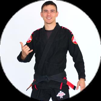BJJ Trainer Julian Fazekas-Con macht schon seit vielen Jahren Kampfsport. Angefangen bei Judo und Ving Tsun hat er jetzt seit 8 Jahren BJJ trainiert.