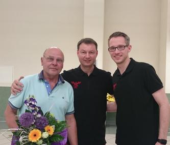 Reinhold Schlieker (links) wurde zum Ehrenmitglied des HV Lok Stendal ernannt. (Foto: Bianca Mahlich)