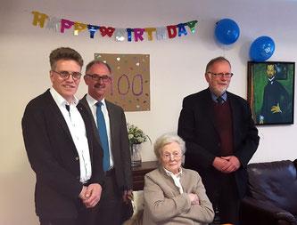 MdL Dirk Schlömer, Bürgermeister Norbert Büscher und OV-Vorsitzender  Heinz Willi Ruiters mit Elli Bartel