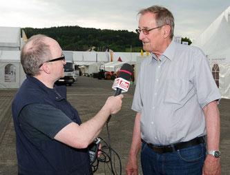 Geschäftsführer Wilfried Wilhelm am FFM JOURNAL Mikrofon © Friedhelm Herr/frankfurtphoto