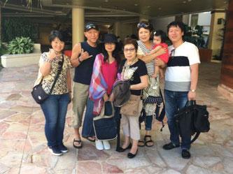 ハワイオアフ島貸切チャーターシェラトンワイキキ前でお客様7名様の集合写真
