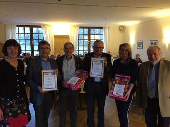 Ulla Lehmann (links) und Gerhard Blumenthal (rechts) mit Vertretern der beiden Preisträgergruppen