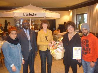 Ulla Lehmann und Giesela Hörster mit einigen Vertretern der Flüchtlingshilfe SHS