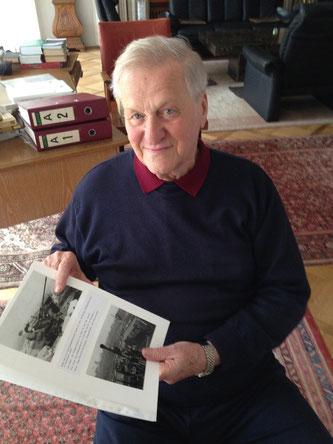 Achim Schürer mit seinen Bilddokumenten aus bedrückenden Zeiten