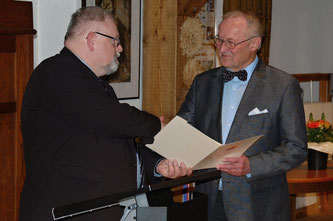 Martin Radtke überreicht Urkunde und Nadel an Walter Otto