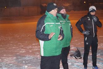 Bei frostigen Temperaturen begrüßten die Trainer Günter Bayer und Alexander Land (rechts daneben) die Spieler zum Trainingsauftakt. Foto: Stefan Günter