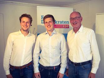 v.l.: Moritz Bewermeier (Kreisvorsitzender JuLis GT), Christopher Höner (Preisträger), Hermann Ludewig (Kreisvorsitzender FDP)
