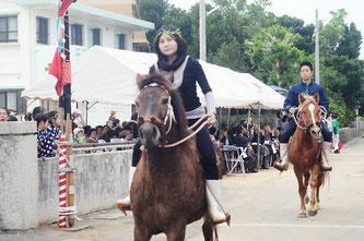 さっそうとした乗馬姿を披露する平得愛馬会のメンバーら。女性も騎乗し、あちらこちらから「かっこいい」の声が上がった=平得