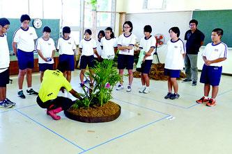 八重農高の授業を見学する中学生たち=12日午後、同校