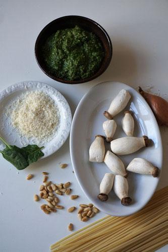 Linguine mit Kräuterseitlingen und würzigem Spinatpesto