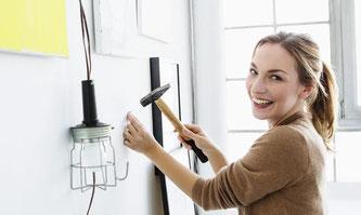 Nur mal schnell was aufhängen: Einen Nagel in die Wand zu schlagen, scheint die einfachste Heimwerkeraufgabe zu sein. Aber sie hat ihre Tücken. Foto: Westend61/4r3p