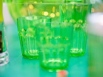 Glas eignet sich hervorragend als Verarbeitungs-material für grelle Farben. Daher macht der Neon-Trend gerade bei Trinkgläsern einiges her. Foto: Frank Rumpenhorst