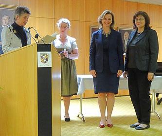 Beate Kuhn und Elisabeth Zagel bei der Ehrung durch die Oberbürgermeisterin