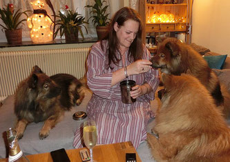 Leckerchen-Party um Mitternacht: Ylvi, Ronja u. Bia