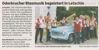 Die Oderbrucher Blasmusik am Kirchturm von Letschin