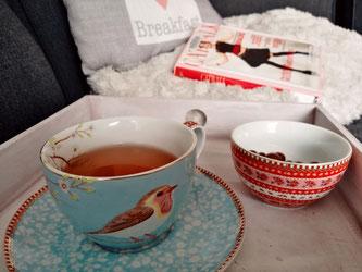 kop thee, boeken lezen.