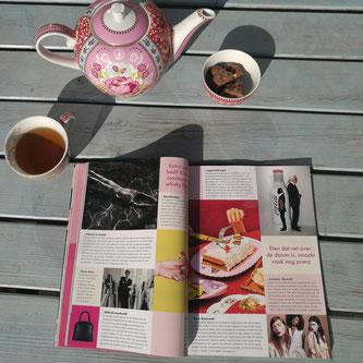 Leker in de zon met een kop thee.