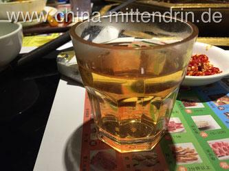 Ein Foto von Tee-Wasser (茶水), also dem kostenlosen, einfachen Tee, den man in vielen Restaurants bekommt. Den gab es gestern Abend zum Abendessen. Er schmeckte nach schwarzem Tee mit Anis. Auch mal nett.