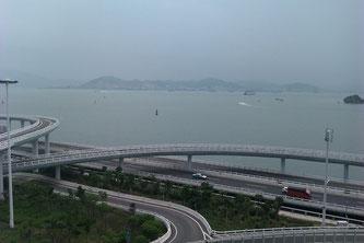 Xiamen. Blick vom Schlafzimmer auf die Stadtautobahn und den Hafen in Zhangzhou.
