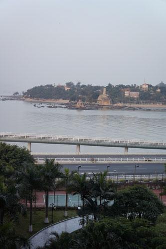 Xiamen, Blick vom Wohnzimmer auf die Stadtautobahn und auf Gulangyu