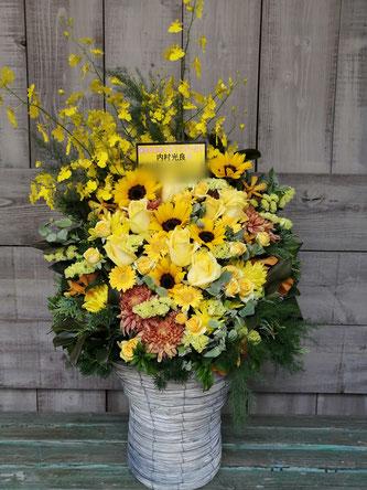 誕生日御祝のアレンジメントフラワー。黄色と黒系で作成。