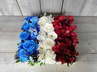 フランス国旗カラー(青白赤)のボックスフラワーアレンジメント。フランス料理店の開店御祝などにお勧めです。