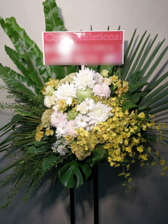 渋谷区神宮前にお届けしたスタンド花。おしゃれなイメージで。