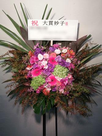 スタンド花 新宿文化センター 大ホール。ロビーに置かれるコンサート向けの花です。
