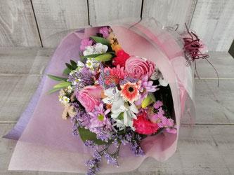 世田谷区三宿にお届けした結婚お祝いの花束。当日配送も可能です。