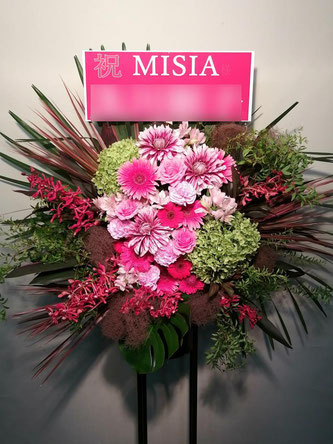 ブルーノート東京にお届けしたスタンド花。ブルーノート横浜も配送可能です。