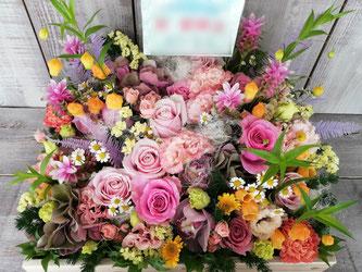 贈先:カフェ様宛  場所:大阪府  イメージ:ピンク、フェミニン  用途:開店・開業御祝  その他:メイド喫茶の開店御祝にお届けした木製ボックスフラワー。色とりどりの花材で花畑ようなアレンジです。