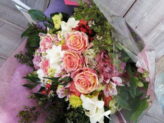 世田谷区成城にお届けした誕生日プレゼントの花束。華やかなイメージでおまかせです。