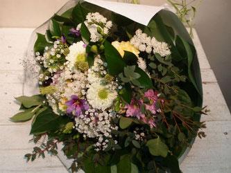 目黒区上目黒にお届けした誕生日御祝いの花束。白を主体に。