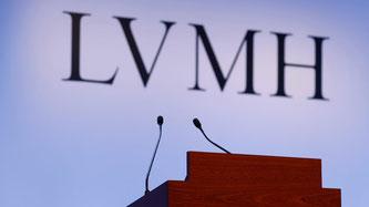 Die Abkürzung LVMH setzt sich aus den Markennamen Louis Vuitton, Moët und Hennessy zusammen. Der Konzern entstand durch die Fusion der drei Luxuskonzerne. Zur Gruppe gehören noch weitere Champagner- und Modemarken. Bildquelle: SRF