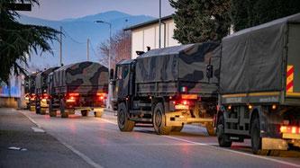 Coronavirus: Italienische Armee-Laster müssen in Bergamo die zahlreichen Leichen abtransportieren
